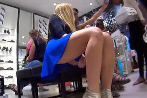 Image Eine langbeinige Blondine, die Schuhe kauft