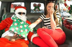 Image Schlampe bekommt ein großes Weihnachtsgeschenk: Santas Schwanz