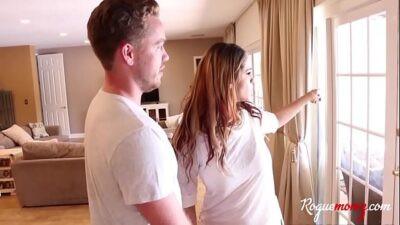 Image Sexlehrerin Miss sitzt und bewegt ihren Schwanz, um ihr beizubringen, wie man ihren Ehemann fickt